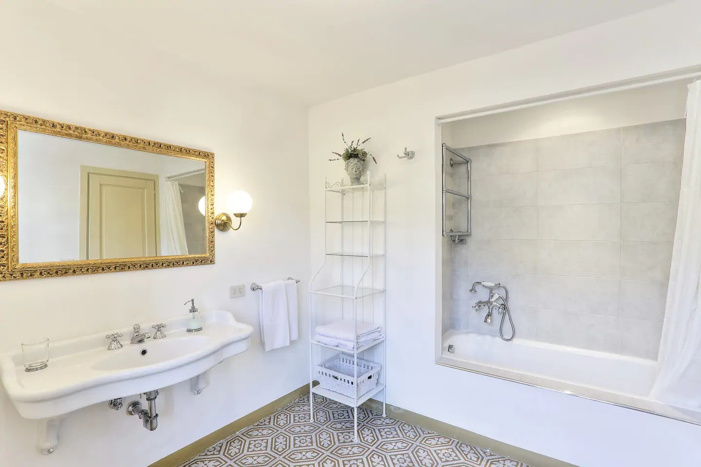villa with swimming pool between Florence and Pisa